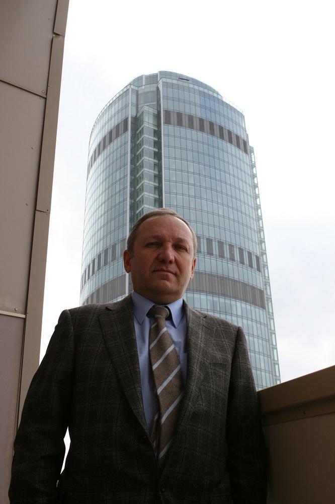 Андрей Гавриловский на фоне первого небоскреба Екатеринбурга