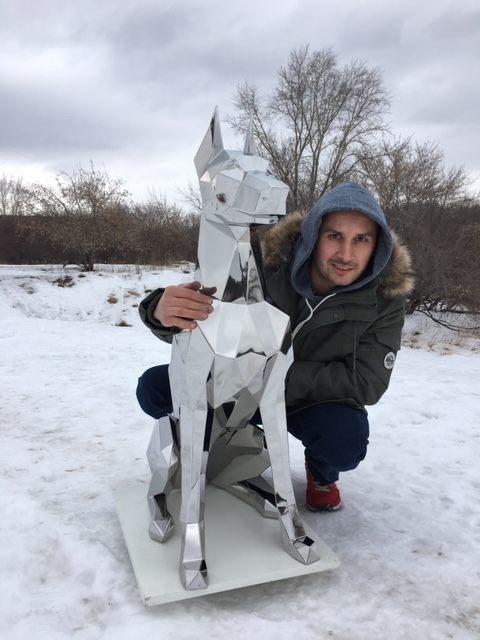 Андрей Казанцев и металлическая скульптура собаки
