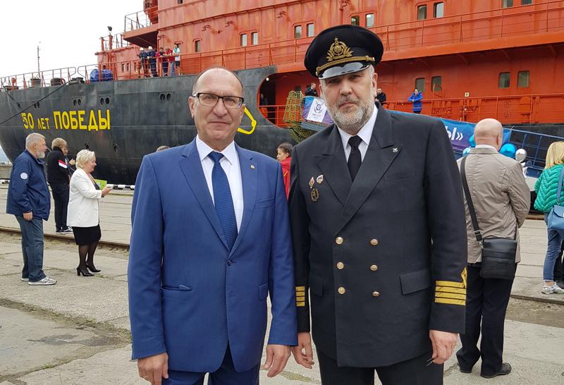 Сергей Дмитриев с капитаном атомохода Дмитрием Лобусовым.