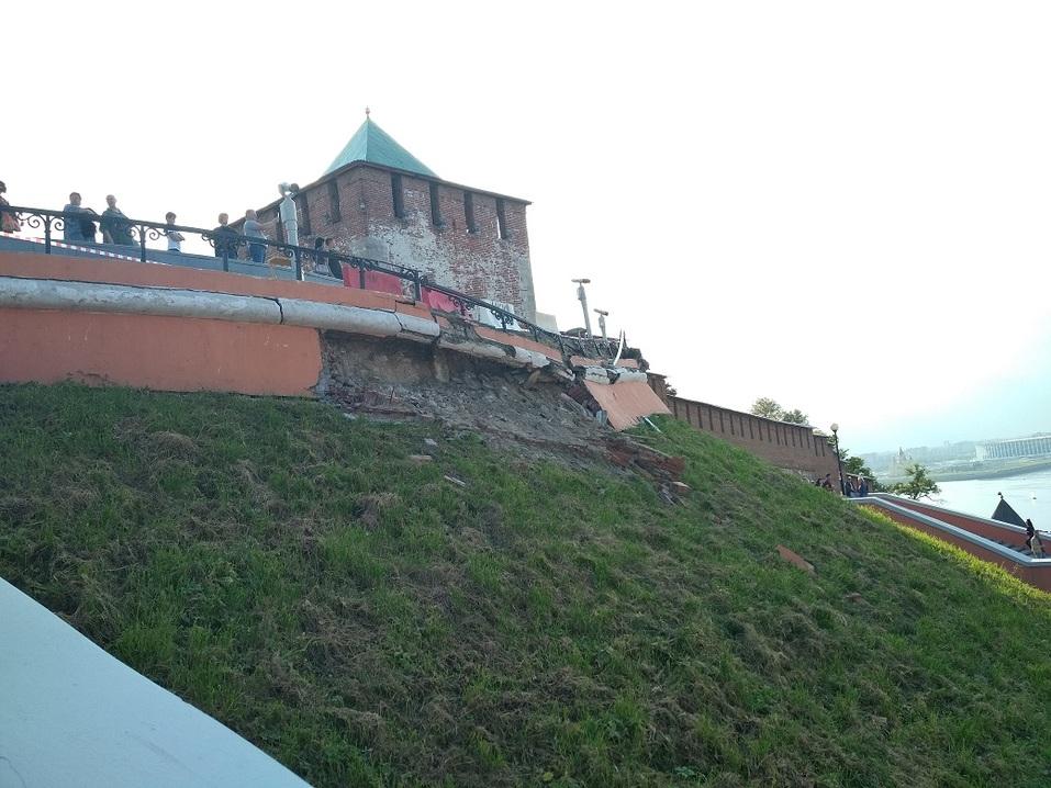 В Нижнем Новгороде обрушилась часть смотровой площадки Чкаловской лестницы 1