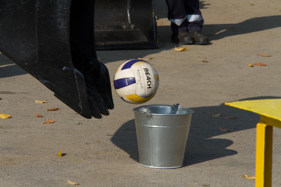 Футбол на экскаваторе