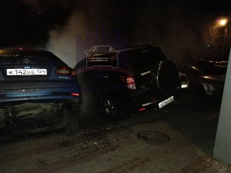 На перекрестке ул. Мичурина-Волгоградская в Красноярске под землю провалился автомобиль 1