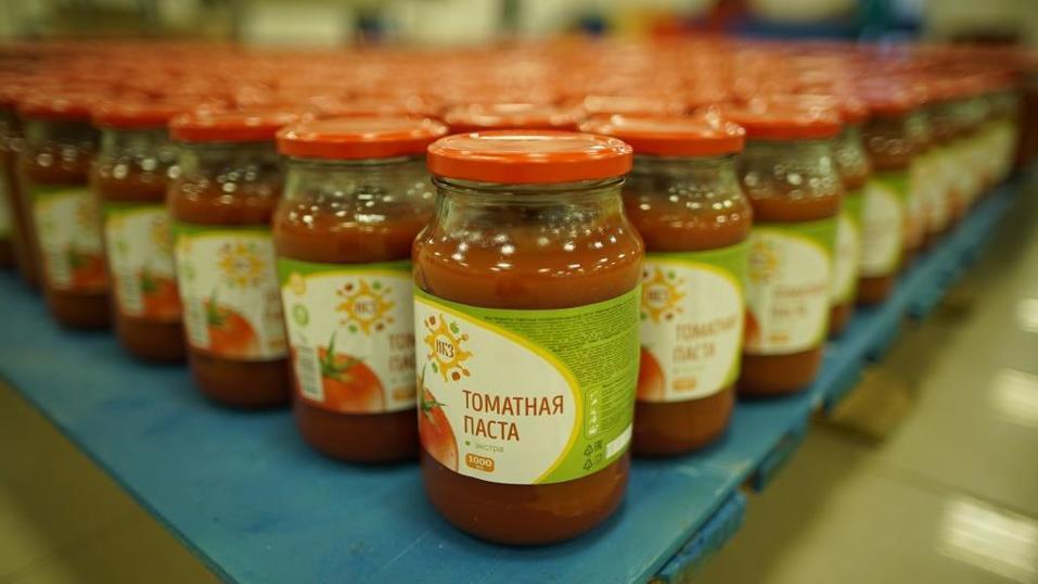 Завод выпускает 100 т томатной пасты в месяц