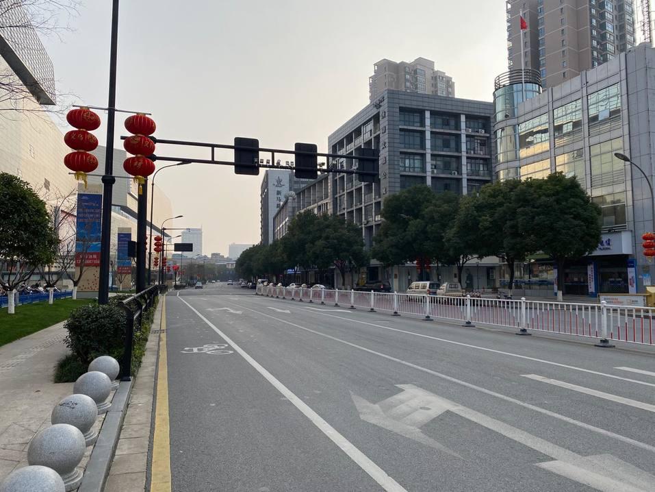 «Всем прохожим меряют температуру». Как живет Китай в режиме карантина из-за коронавируса 8