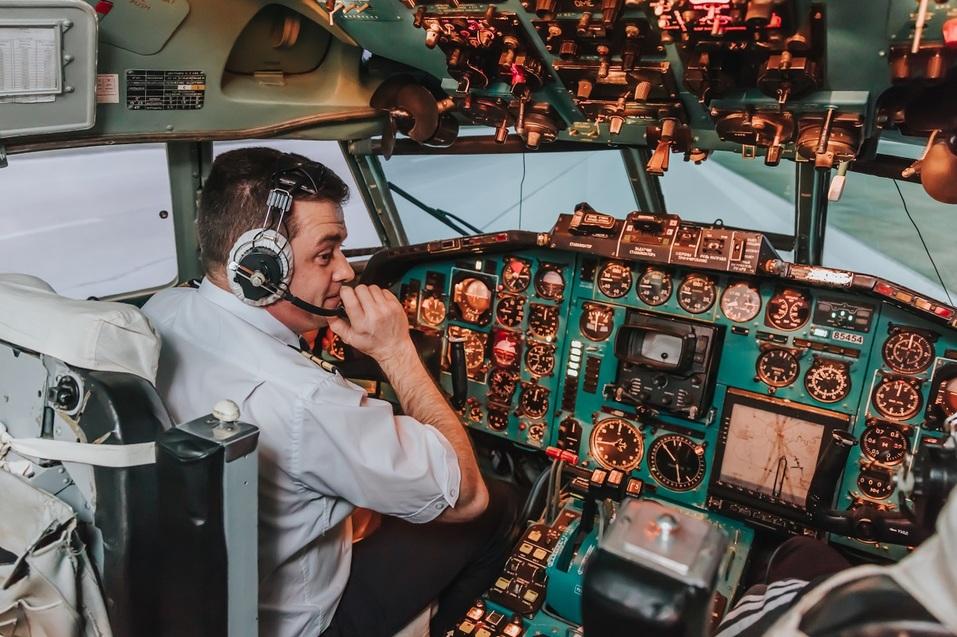 Как удивить бизнес-партнера и подарить новый уровень эмоций? Вам – за штурвал самолета! 4