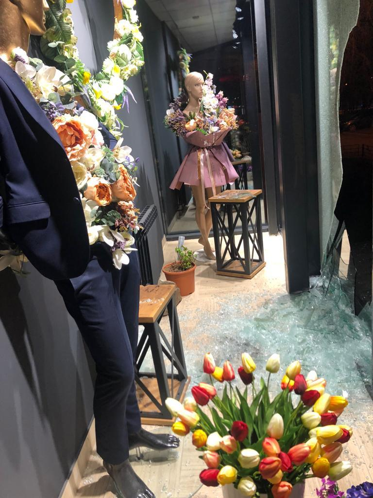 В Челябинске грабители разбили витрину магазина и украли двух медведей 1