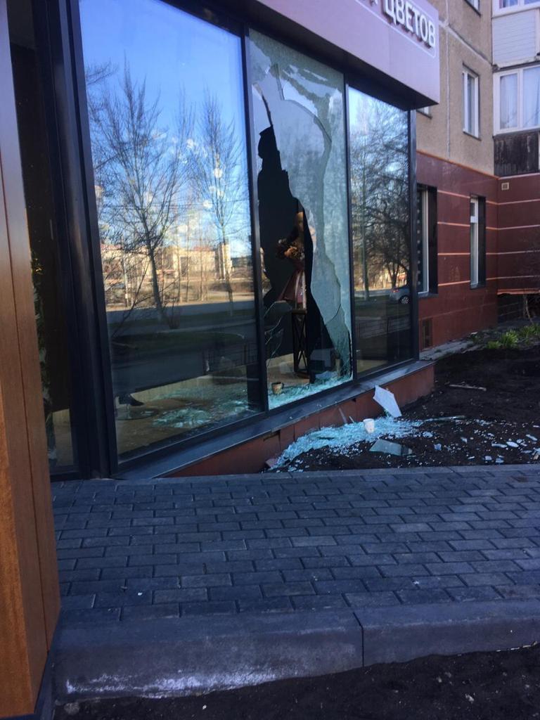 В Челябинске грабители разбили витрину магазина и украли двух медведей 2