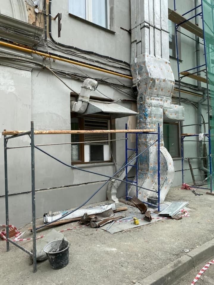В Челябинске во время ремонта фасада сломана вентиляция известного ресторана за 7 млн руб. 1