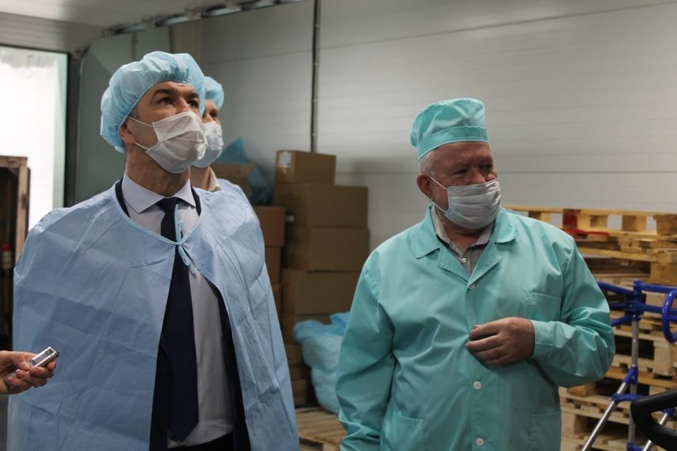 Бердское предприятие вполовину увеличило производство костюмов врача-инфекциониста  1