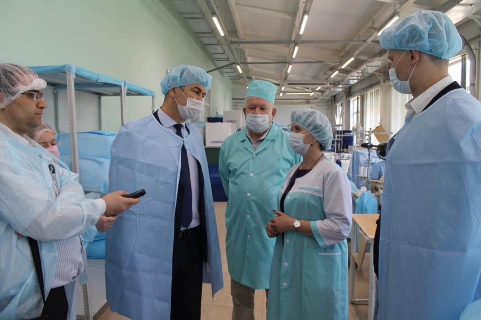 Бердское предприятие вполовину увеличило производство костюмов врача-инфекциониста  2