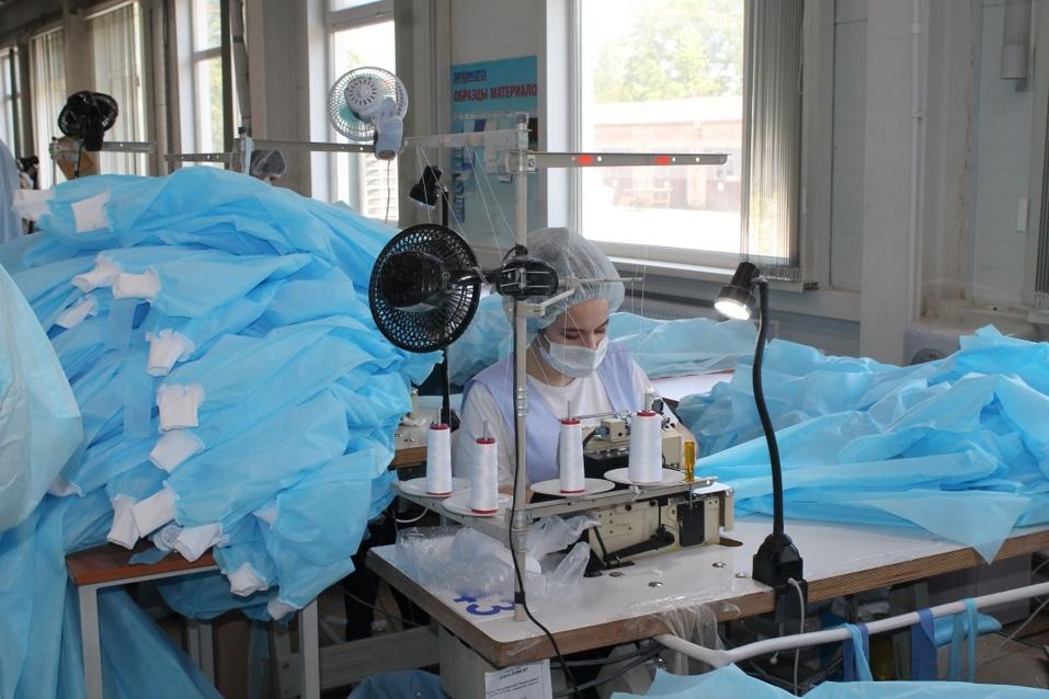 Бердское предприятие вполовину увеличило производство костюмов врача-инфекциониста  8
