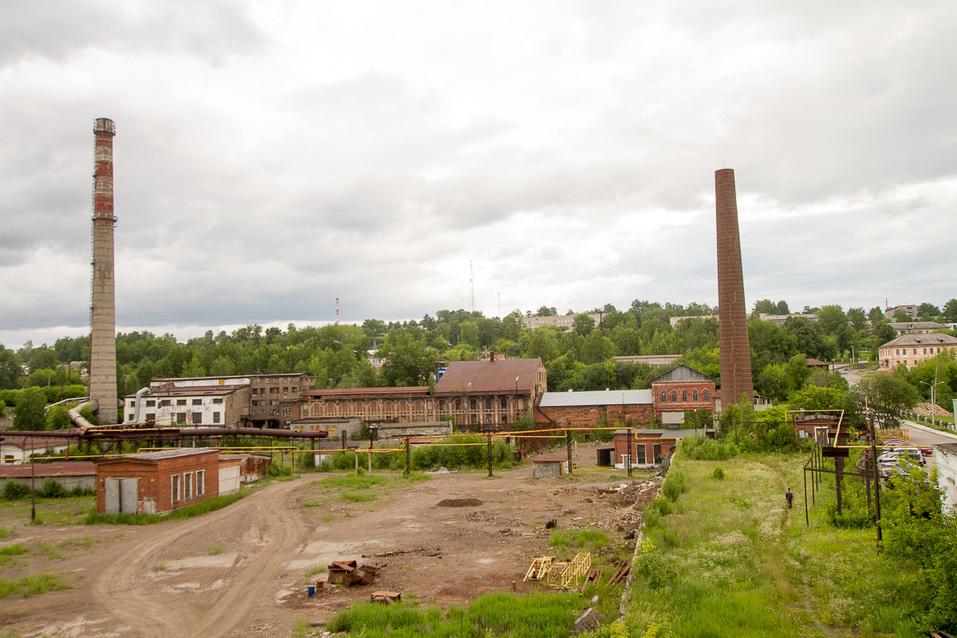 Старинные здания рядом с заводом