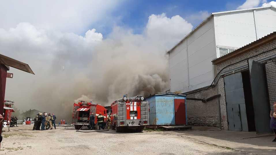Склад полиэтилена горит в Дзержинске. За несколько часов пожарные лишь локализовали огонь 1
