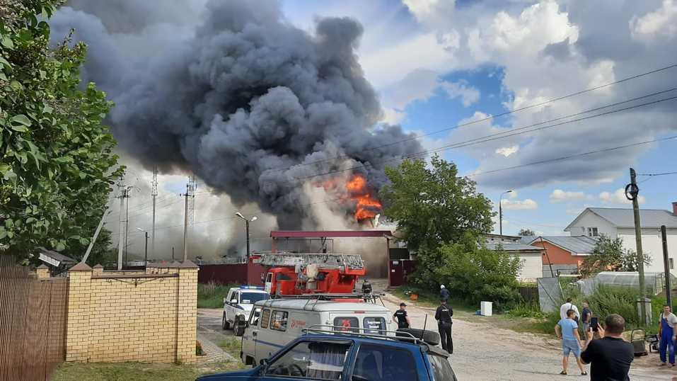 Склад полиэтилена горит в Дзержинске. За несколько часов пожарные лишь локализовали огонь 2