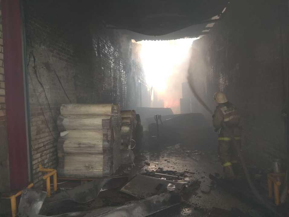 Склад полиэтилена горит в Дзержинске. За несколько часов пожарные лишь локализовали огонь 3