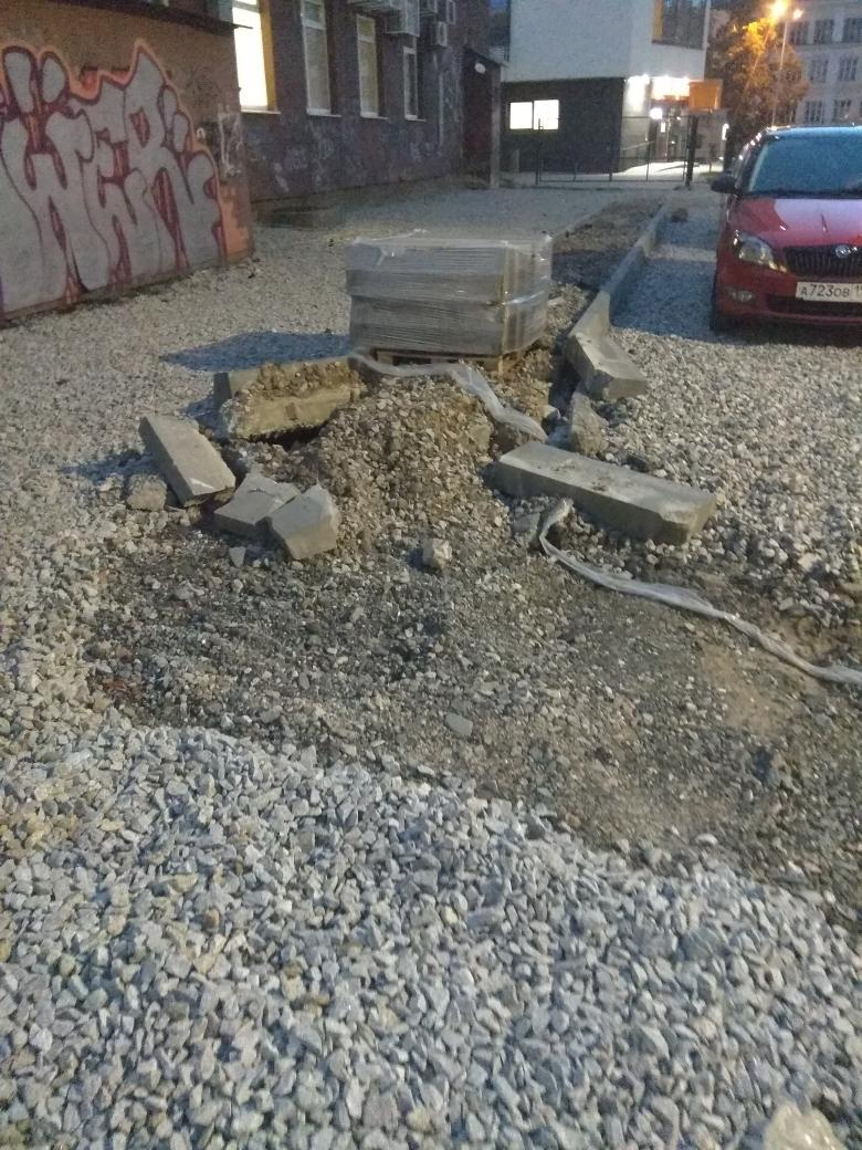 «Все сломали и ушли». Жильцы дома на Уралмаше пожаловались на благоустройство 3