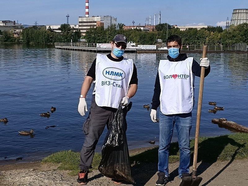 Волонтеры почистили берег Верх-Исетского пруда