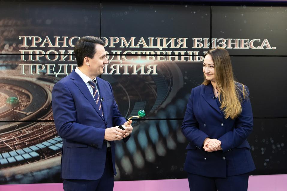 Юрий Окунев получает награду