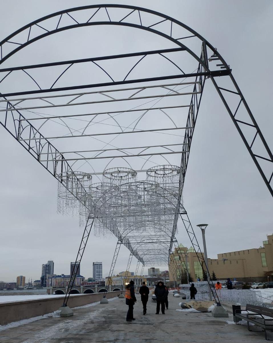 Световой тоннель и огромные звезды: как украшают в Челябинске набережную реки Миасс 2