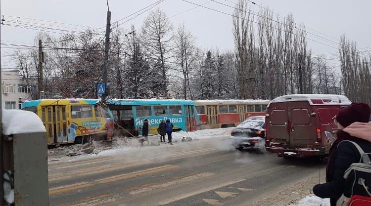 В Нижнем Новгороде трамвай сошел с рельсов и врезался в столб 1