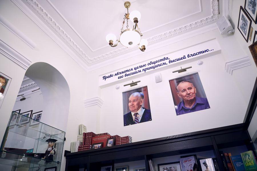 Надписи под потолком