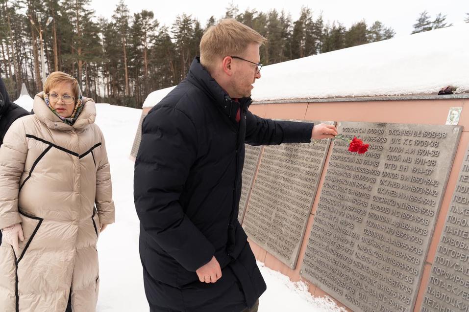 В Екатеринбурге Николай Рыбаков посетил мемориал в честь жертв политических репрессий и возложил цветы