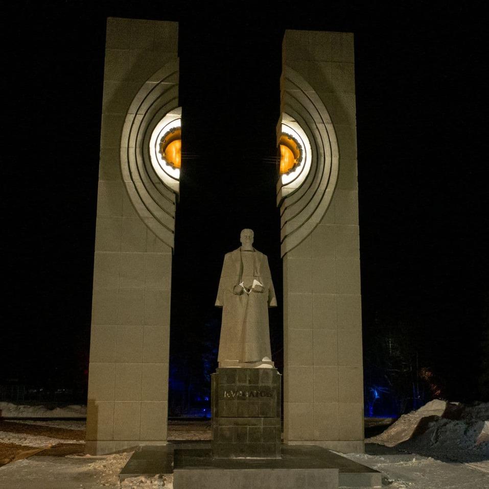 На памятнике Курчатову в Челябинске восстановили подсветку 1