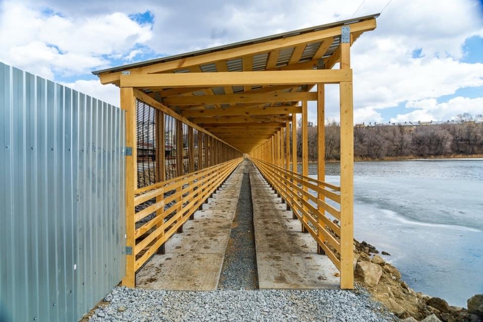 В Челябинске завершается строительство пешеходного моста через реку Миасс 1