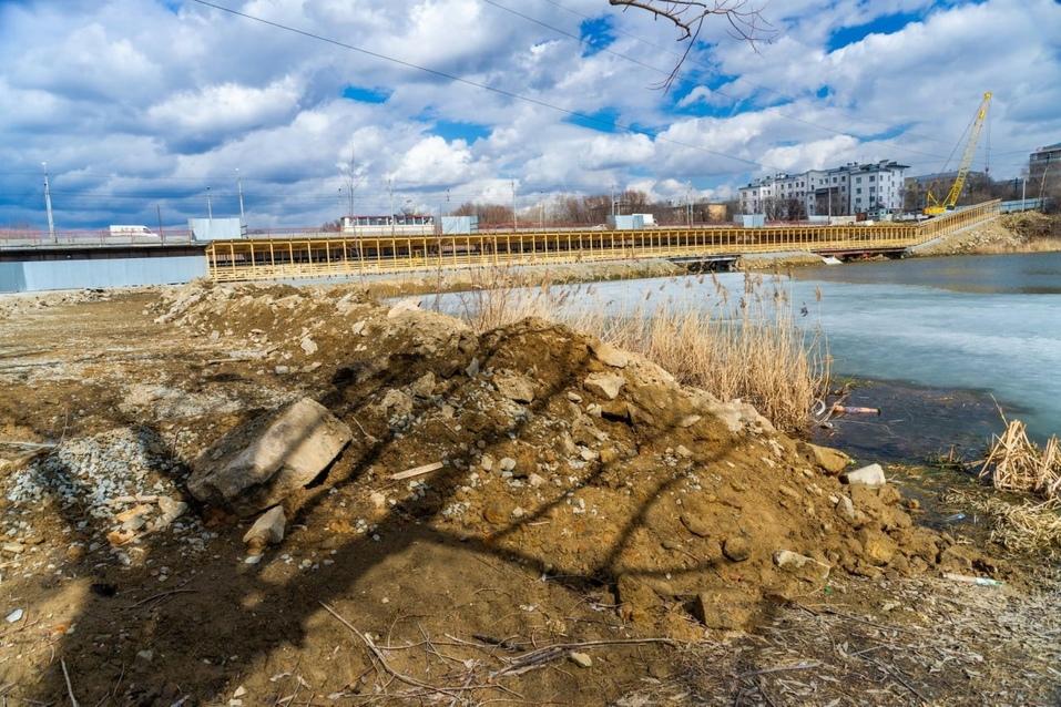 В Челябинске завершается строительство пешеходного моста через реку Миасс 2