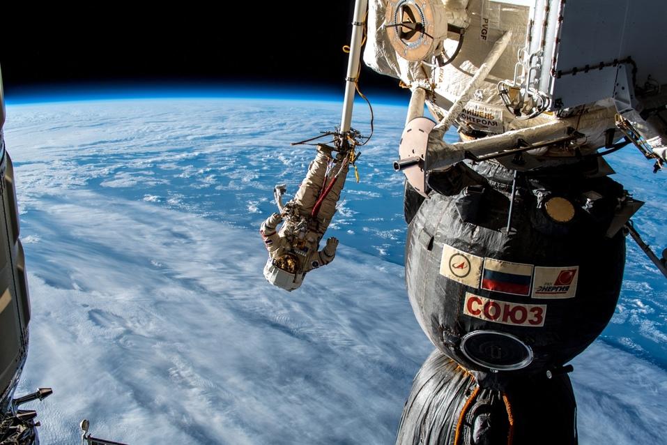 Сергей Прокопьев в открытом космосе