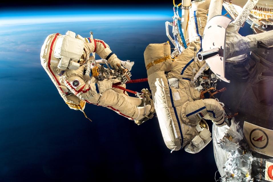 Сергей Прокопьев и Олег Кононенко в открытом космосе