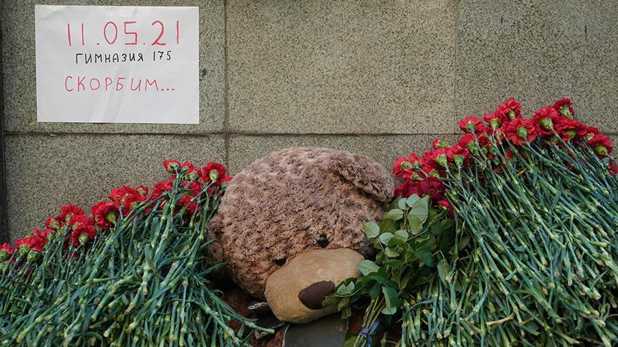 На месте трагедии организовали стихийный мемориал. Фото: Павел Волков/ИЗВЕСТИЯ