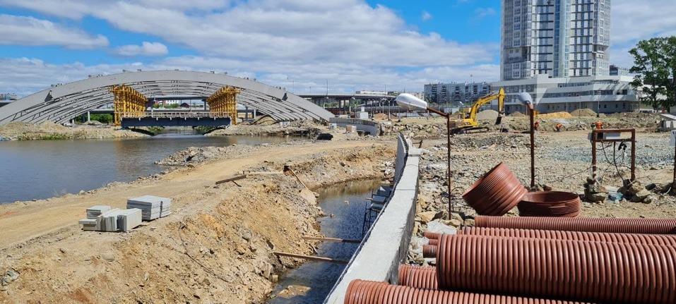Успеть за три месяца: набережная реки Миасс напротив цирка все еще готова лишь наполовину 1