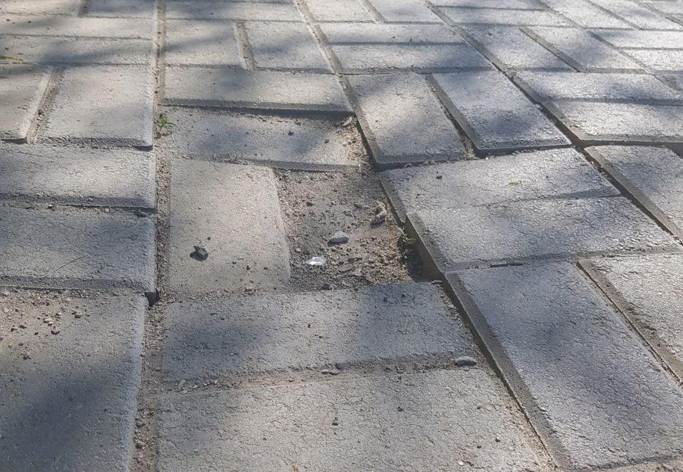 Плитка треснула и повсюд строительный мусор: челябинский сквер после благоустройства 4