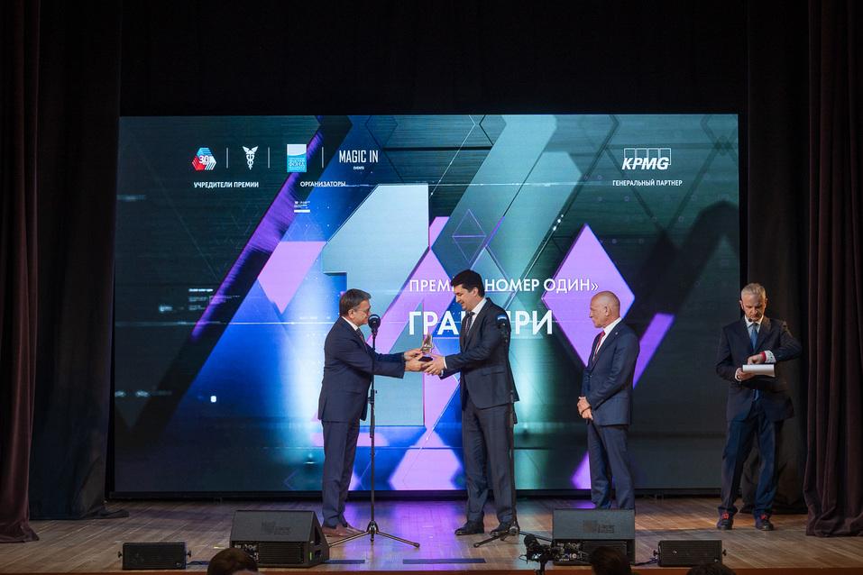 Гран-при Михаилу Вахрушеву вручили вице-президент СОСПП Михаил Черепанов и глава УТПП Андрей Беседин.