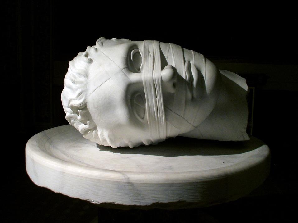 Разрушающийся человек как хрупкая скульптура