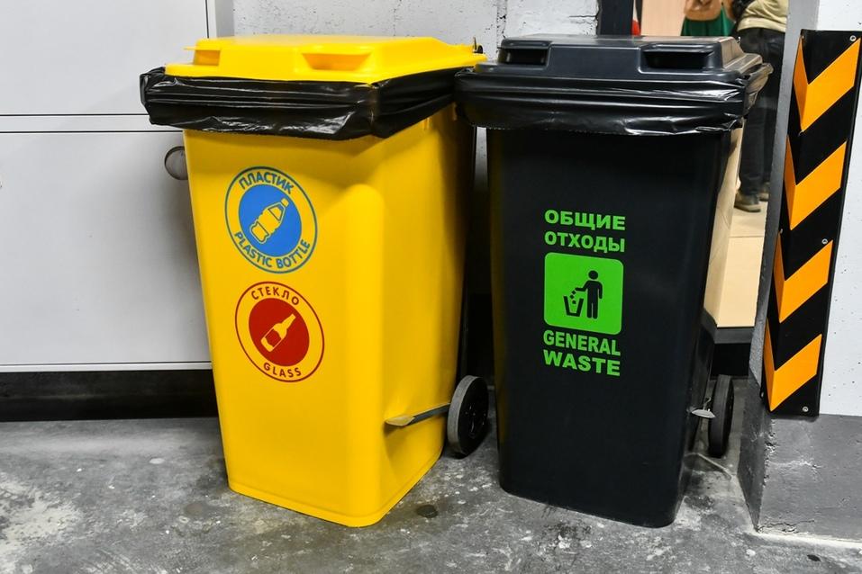 Контейнеры для раздельного сбора мусора отличаются по цветам: желтые для стекла и властика, черные для всего остального