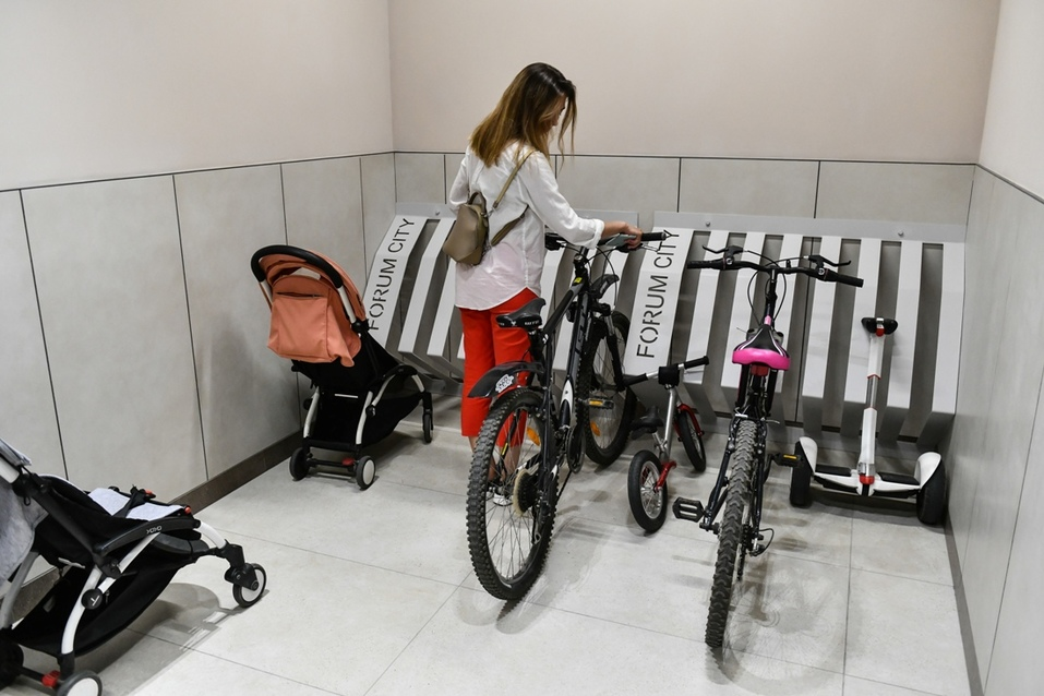 В колясочной есть удобная парковка для велосипедов