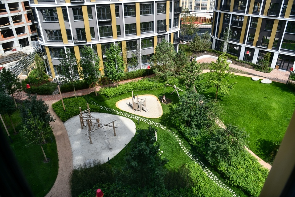 Двор ЖК представляет собой зеленый оазис в центре мегаполиса