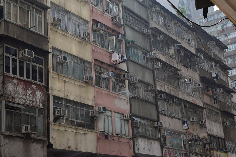 Потрепанный фасад здания