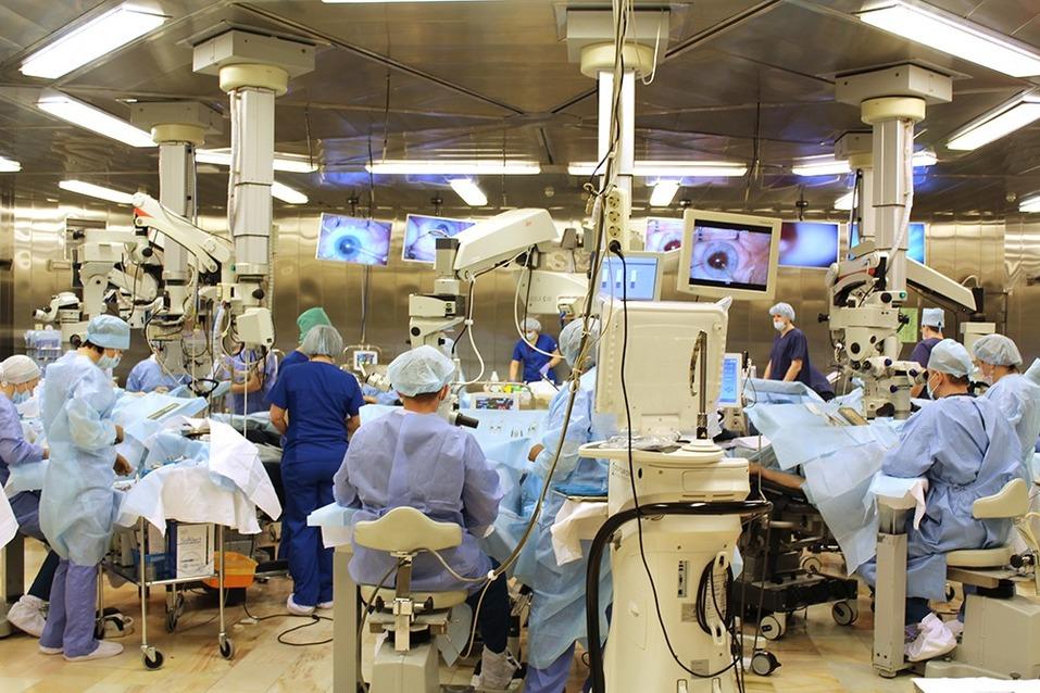 В главном операционном зале Екатеринбургского центра МНТК «Микрохирургия глаза»