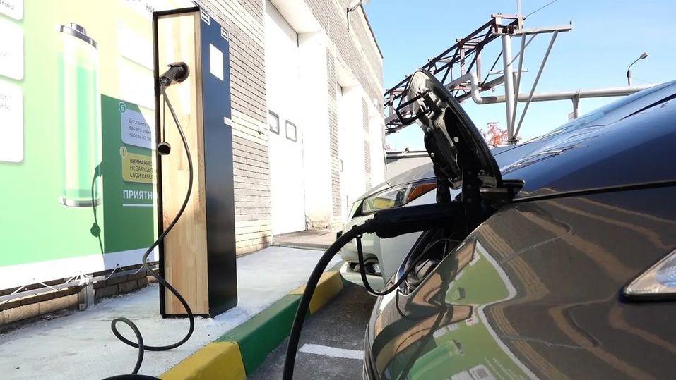 электрзаправочная станция для электромобилей около ТРЦ Рио на Московском шоссе в Нижнем Новгороде