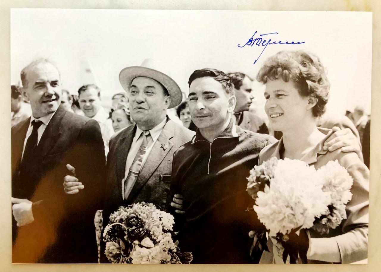 Рассекреченная фотография космонавтов с автографом Валентины Терешковой