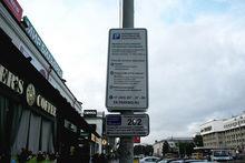 В центре Екатеринбурга поставили знаки платной парковки без терминалов