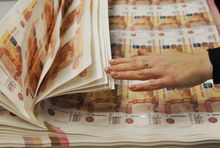 Рубль падает за нефтью: финаналитики рекомендуют не метаться