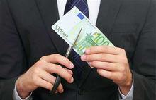 Ряд новосибирских банков урезал своим сотрудникам зарплату
