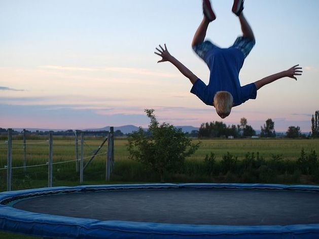 В Иркутске ветер поднял в воздух батут с двумя детьми