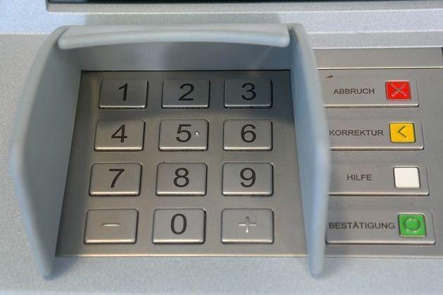 Visa и MasterCard сделают снятие наличных в чужих банкоматах дешевле