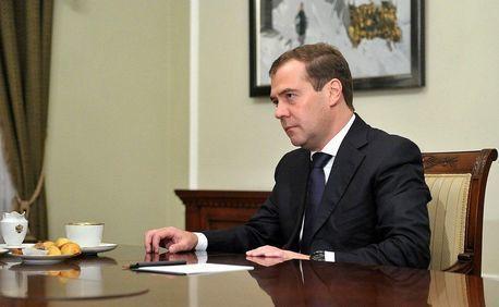 Медведев потребовал экономить «по всем фронтам»