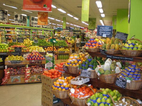 Почти половина среднего класса в РФ экономит на еде